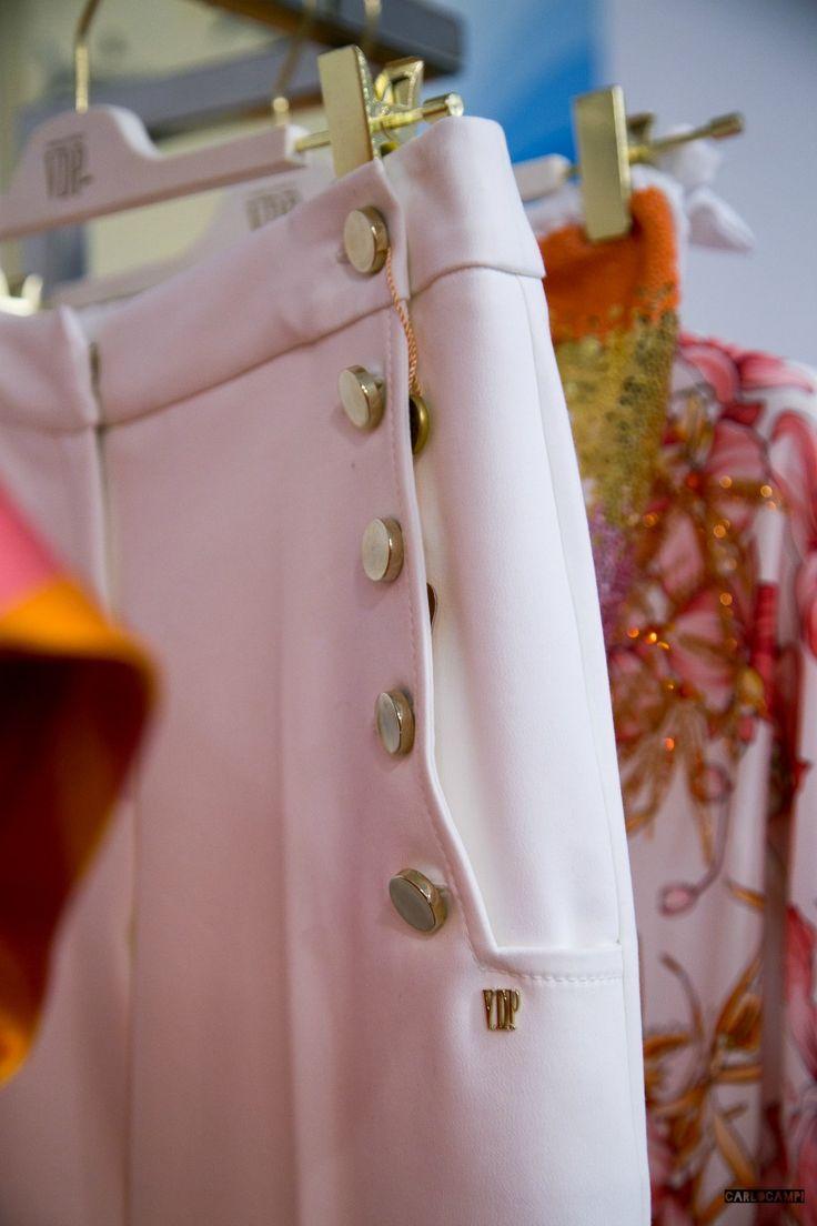 Direttamente da Milano Moda Donna, ecco un'anteprima della collezione moda Via Delle Perle SS17. Sartoria pregiata tra le opere d'arte di Tiziano Soro. From Milan Fashion Week, here's a sneak peek of Via Delle Perle SS17 fashion collection. Collezione moda
