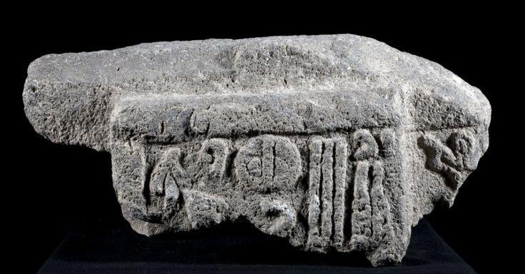 Sítio arqueológico revela tesouros. Artefatos históricos são recuperados no sítio arqueológico de Karkemish, na Turquia, localizado a poucos metros da fronteira com cidade síria de Jarablous. A maioria das descobertas foram feitas no lado turco, mas um terço da área está em território sírio.  Fotografia: AP.