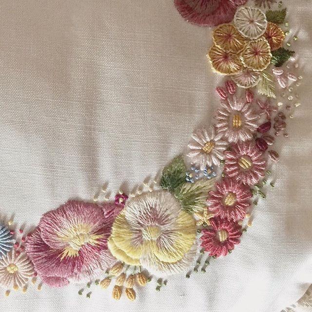 * * 沢山のお花を刺繍した生地を、クッションに仕立てました。 * * * #花輪#crown #embroidery#刺繍#DMCembroidery #花 #クッション#embroideryart #花かんむり#em_hm #interior #flowers #インテリア#手芸部 #花畑 #キレイ#デコレーション #ジュエル刺繍#atelierao #ao303 #자수 #長久手 #stickerei #flowerdesign #手刺繍 #リース #紫 #cushion #broderie#вышивка