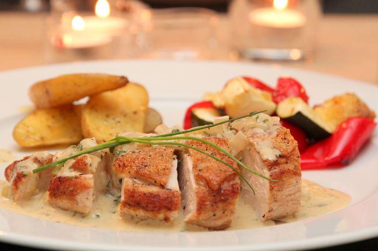 Kyllingbryst med fløtesaus og ovnsbakte grønnsaker  Tilsett gjerne tørkede kantareller i sausen! :-)