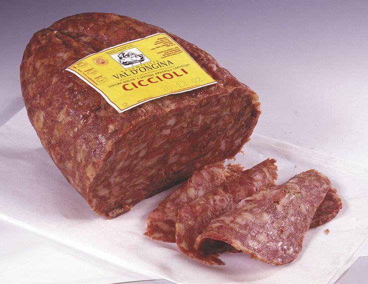 Ciccioli Ritagli di carne, spolpo di testa e gole scotennate cotte a lungo, pressate e raffreddate fino ad ottenerne forme cubiche o «a pera». Pezzi sottovuoto da 0,5 a 2 kg.