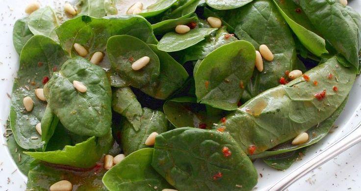 Σαλάτα με σπανάκι και κουκουνάρι