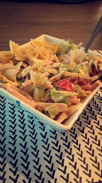 Gezonde salade: 45g ongekookte pasta, 100g komkommer, 1 tomaat, 75g kalkoen/kipreepjes, 40g mozarella light, 60g sla, 30g zuivelspread light. #happyhealthyguide #fitgirlcode