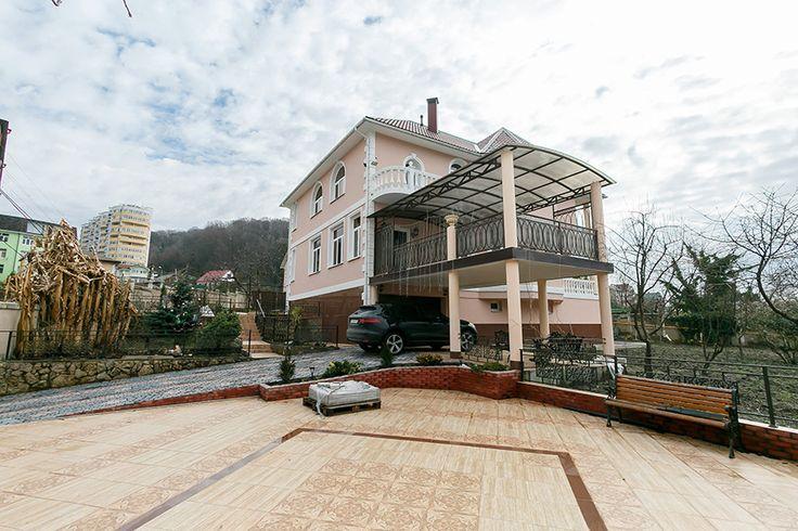 Дом мечты в Сочи! http://lidersochi.com/homes/elitnye-doma/13637/  Шикарный трех этажный видовой дом (панорама на море и город). Высококачественная отделка дорогими импортными материалами (лестницы и камин отделаны натуральным мрамором), импортная техника, дорогая мебель ручной работы. Первый этаж - кухня гостинная 42 кв.м, каминный зал - 35 кв.м, сауна, бассейн, терраса. Второй этаж - 3 спальни, 2 балкона, 2 С/У Цокольный этаж - гараж 60 кв.м, подсобные помещения, бойлерная. Центральные…