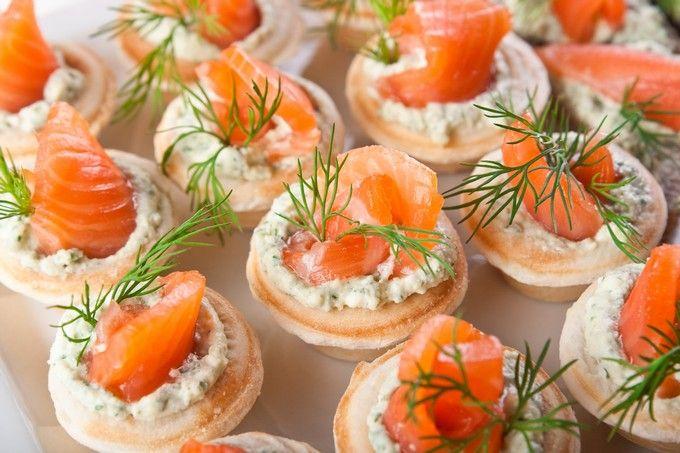 Тарталетки закусочные с красной рыбой. Готовим дома вкусные тарталетки закусочные. Простой рецепт приготовления тарталеток закусочных. Как приготовить закусочные тарталетки.