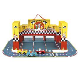 Beleef heel veel speelplezier met deze leuke racebaan van Janod. Het parcour bestaat uit 21 puzzelstukken, waarmee je heel wat verschillende racebanen kunt maken. In de speelset zitten verder 3 houten raceauto's en een stickerset waarmee je de vlag van je keuze kunt maken.  Door de handige koffer neem je de racebaan gemakkelijk mee.