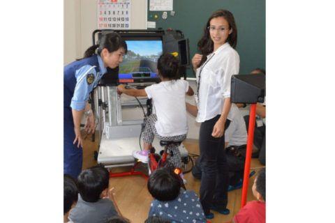 Crianças estrangeiras aprendem a importância das regras de trânsito em Kani Sob a orientação da Divisão de Planejamento de Tráfego e Divisão Internacional, ambas da Polícia da Província de Gifu, elas tiveram aula especial sobre como se cuidar de sua própria segurança e também sobre segurança no trânsito.
