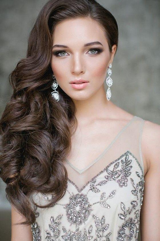 Acconciature capelli lunghi boccoli laterali