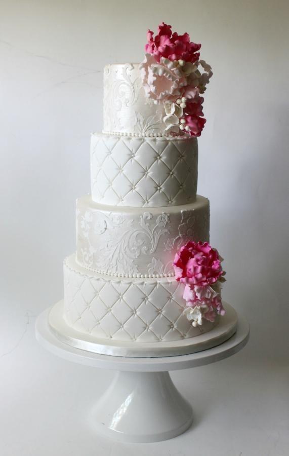 pearlized stencil, quilted tiers and peony for that wedding cake designed by La Fabrik à Gâteaux !  pochoir perlé, motifs embossés et pivoines pour ce gâteau de mariage designé par La Fabrik à Gâteaux !