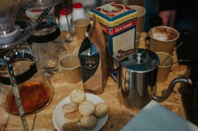 Disquaire itinérant, barista nomade, Le Percolateur nous rappelle l'essentiel : prendre le temps d'apprécier un bon café, de découvrir une musique enivrante ou tout simplement de faire un break dans un quotidien sous pression.