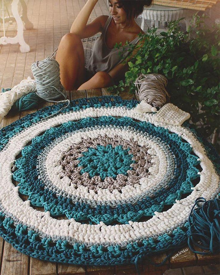 Mismo modelo, diferente combinación de colores ❤️ esta vez de blanco, topo, y varias tonalidades de verde; me encanta - a vosotras? esta medirá 1.30 de diametro . Por cierto, hoy 10% de descuento en la web con el codigo SUSI10, aprovechad!! #susimiu #handmade #design #instagram #deci #green #summer #trapillo #ganchillo #crochet