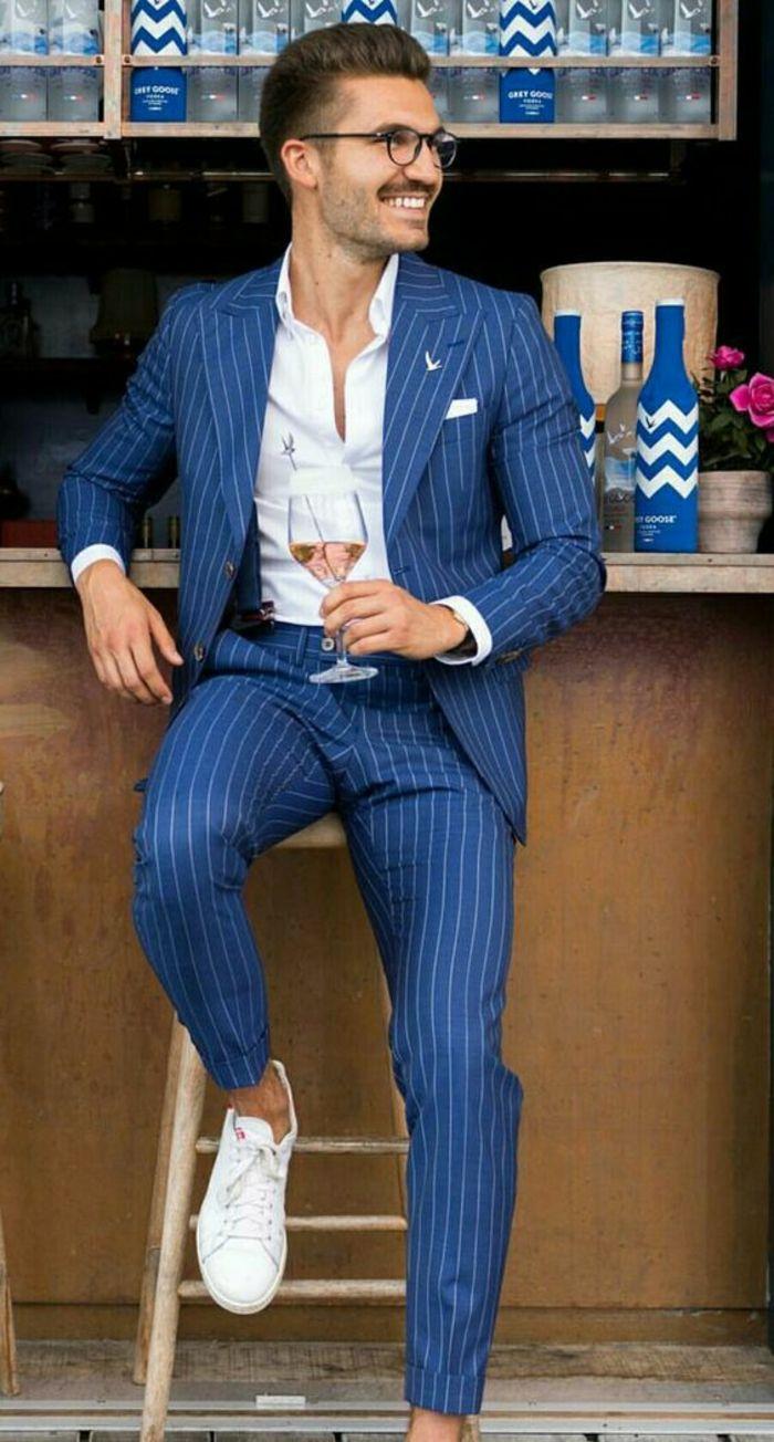 costume bleu nuit aux rayures verticales blanches, baskets blanches,  chemise blanche, vetement homme marque, style élégant, vetement homme stylé 28659073e7c6