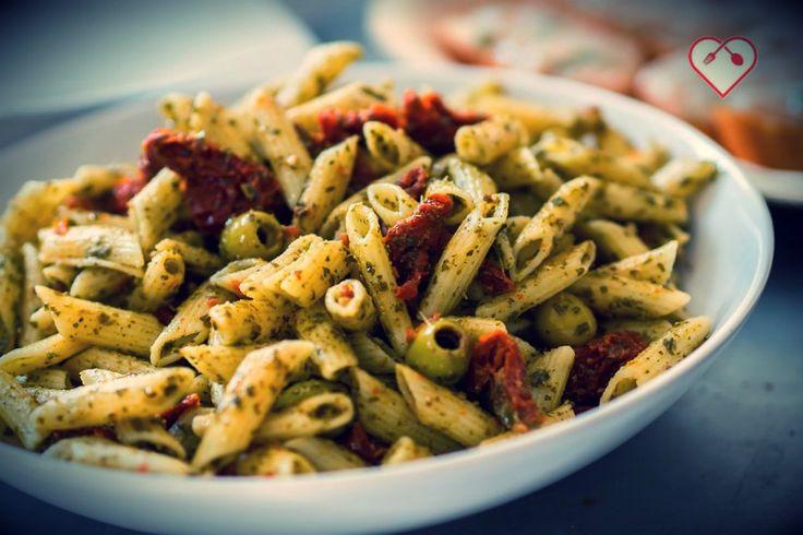 Pennette al pesto con olive verdi e pomodori secchi. Vegan ok