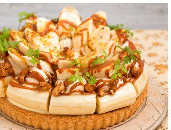 Caramel Banana TartキャラメルバナナのタルトBig cuts of bananas + caramel cream over the chocolate tart + plenty of caramel sauce. チョコレートタルトの上にキャラメルクリームと大きめに切ったバナナをごろごろのせ、キャラメルソースをたっぷりとかけました。La Maison - 〒160-0022 東京都新宿区新宿3-38-2 ルミネ新宿 ルミネ2 5F