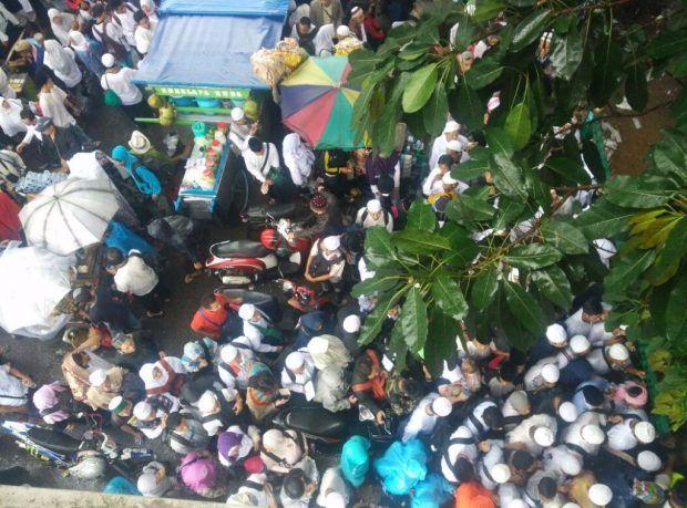 Hingga Hujan Turun, Massa Aksi 212 Tetap Beribadah Shalat Jum'at
