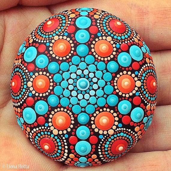 Si tratta di una pietra di mare Mandala punteggiata sono accuratamente dipinte con precisione e gioia in vernice acrilica e finito con vernice opaca. È di circa 4,7 cm di diametro, ha blues, rossi e colori arancio. È adatto per interni decorazione. Si prega di trattare con cura e non immergere in acqua o luce solare diretta.  Il retro delle pietre è verniciato nero (look per la mia firma lì).