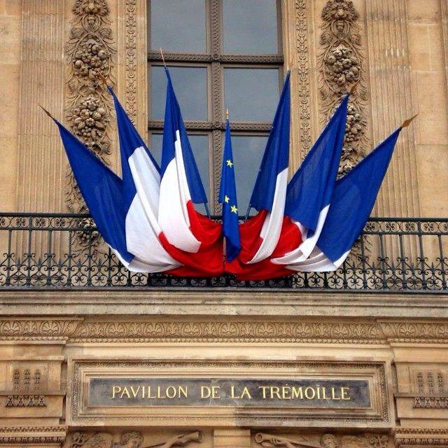Paris flags #Paris #louvre #flags #latremoille
