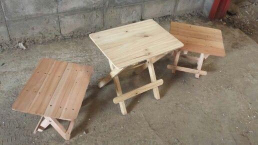 Mesa con baquitos. Plegables. En madera natural o con color.