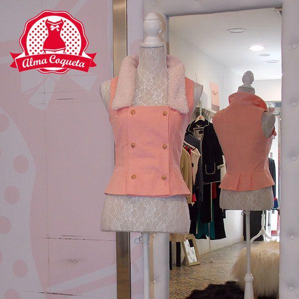 Chaleco piel de melocotón en color rosa con borreguito en la solapa, es perfecta…
