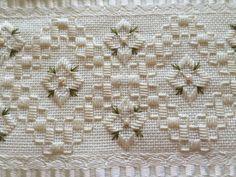 Toalha de lavabo marca dohler, bordado com ponto reto, pérolas e guipir.  Confeccionamos também a toalha de rosto, na cor e bordado que o cliente desejar.