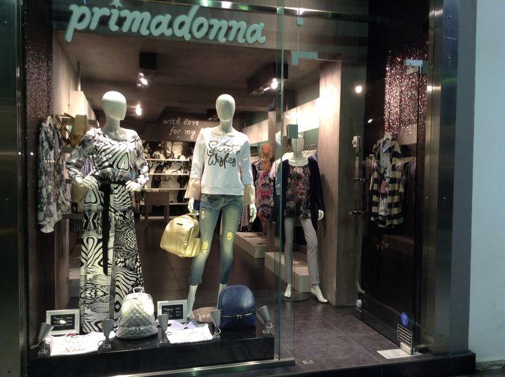 Ανοιξιάτικη_βιτρίνα_με_γυναικεία_ρούχα_Πάτρα.www.primadonna.com.gr