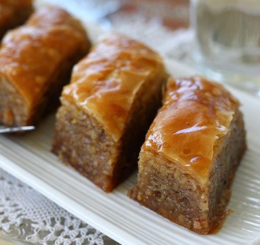 Baklava je jedan od najstarijih poznatih turskih jela. Njena popularnost seže u doba 15. stoljeća. Bajram je ovdje nezamisliv bez baklave, a kako se bajram polako bliži, mi vam donosimo jedan od najboljih recepata …