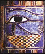 Simboliza al dios Horushijo de Osiris y de la diosa solar Isis.    Estos ojos grandes pintados en el exterior del sarcófago, permitían al...