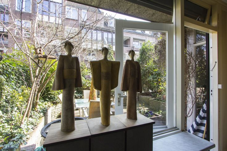Tuin   Appartement gelegen op de begane grond en eerste verdieping in een autoloze straat, maar toch in het hartje van Maastricht nabij het Sphinxterrein waar nu alle moderne ontwikkelingen plaatsvinden. Zoals een nieuwe bioscoop, nieuwe Lumiere, etc. Kunst, cultuur en gezelligheid komen hier samen in een moderne werled in een oud jasje met stijl.