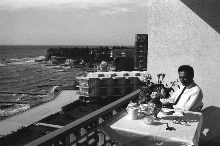 Bülent ECEVİT 1962 Yılında YEŞİLKÖY Çınar otelinin Balkonunda