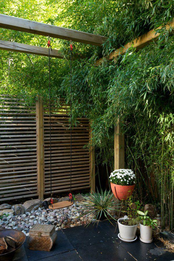 panneau occultant de jardin, verdure abondante et déco de pierres