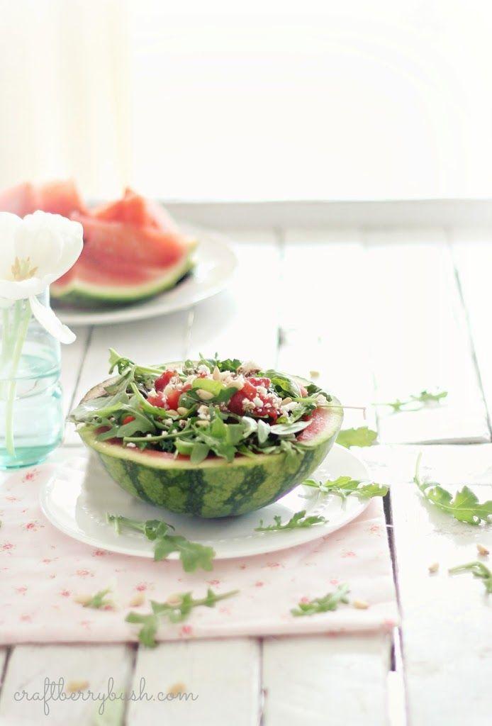 Gegrilde watermeloen met rucola, feta, geroosterde pijnboompitjes en balsamico. Verfrissend en origineel. Zeker proberen!