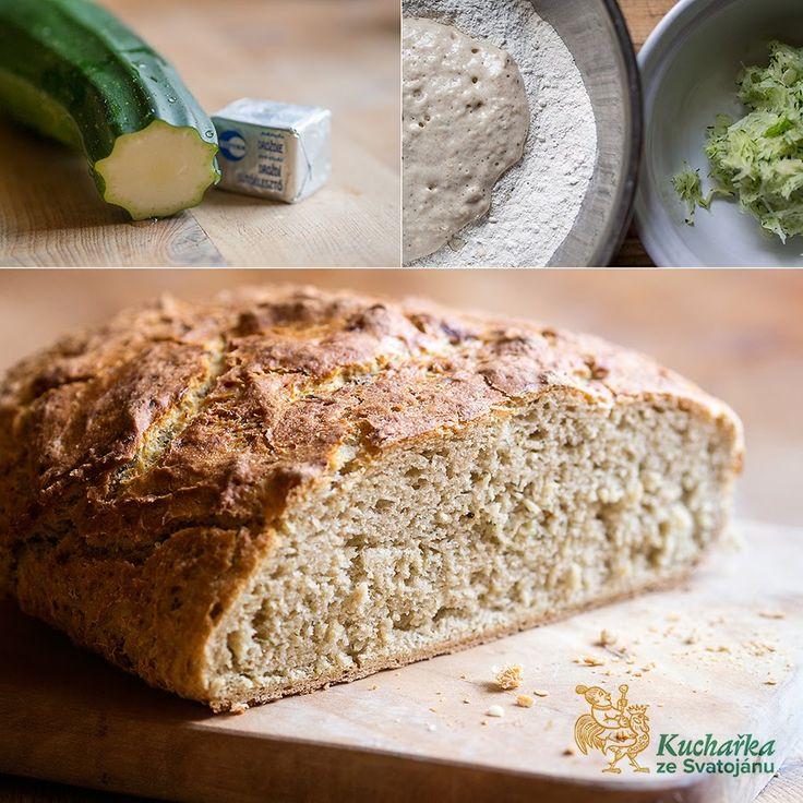 Do mísy dáme 500 g žitné tmavé chlebové mouky, uprostřed uděláme důlek, do kterého rozdrobíme 25 g čerstvých kvasnic, zasypeme je lžičkou cu...