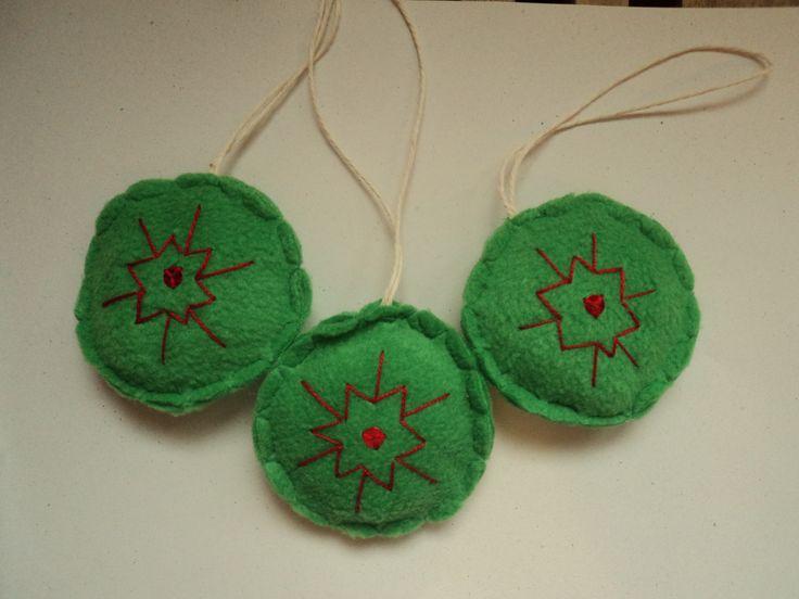 Zöld hímzett tallérok