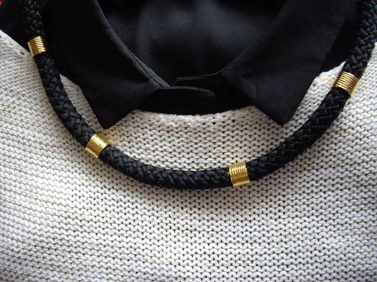 Κολιέ με κορδόνι και διακοσμητικά στοιχεία Necklace with cord Τιμή: 10 € Κωδικός: 30015/2