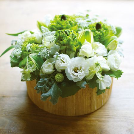 ★Souche Fleurie (スーシュ・フリュリ:花咲く切り株) ホワイト×グリーン まるで森からの贈り物のような、こんもりとした形が愛らしいアレンジメント。年齢や性別を問わずに喜ばれるギフトです。S:3,675円(税込み) $50 #kusakanmuri