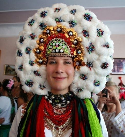 In some regions of Ukraine brides used to wear huge wreaths of goose feathers. Each wreath was about a kilogram of weight. A velvet or silk band with bead flowers and golden decorations was a ritual complement to the feather wreath