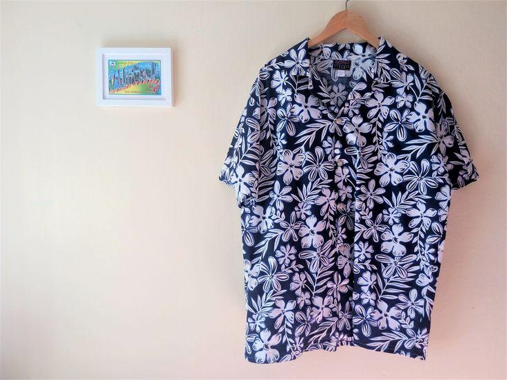Camisa hawaiana vintage // Estampado flores tropicales // Blanco & Azul Marino // Krazy Klothes // Algodón // Talla S-M // Hecho en EEUU de TropicalaffaireES en Etsy