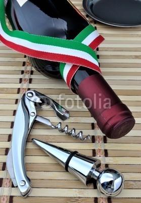 Bottiglia di vino italiano con cavatappi in acciaio © Sergiogen