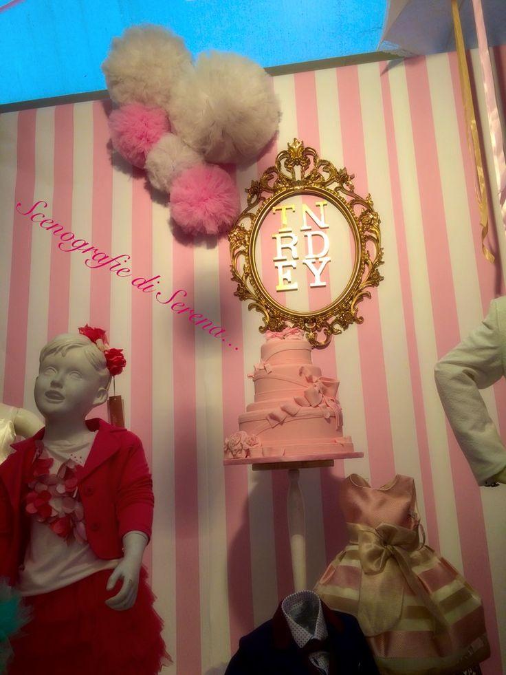 Scenografie di serena  Alleatimento fiera stand bambini abbigliamenti  Rosa e bianco a strisce