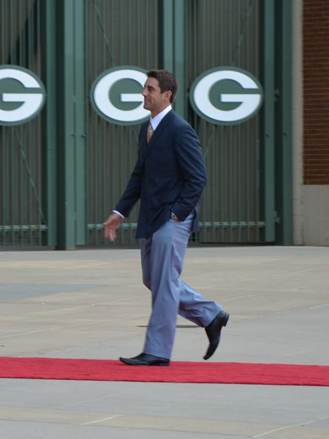 Aaron Rodgers look fine on the red carpet!!