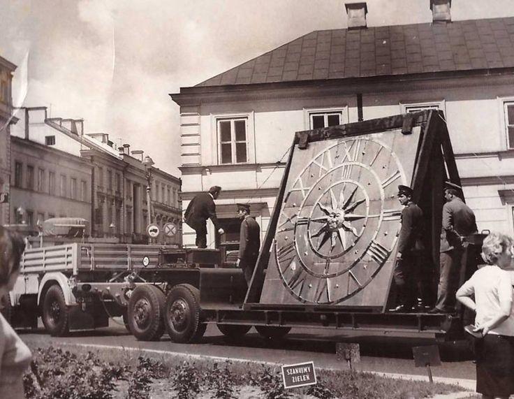 Zegar Zamku Królewskiego w drodze przez Nowy Świat. fot. 1974r., źr.skyscrapercity.com