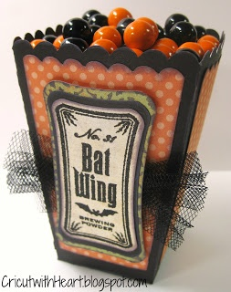 I absolutely love this popcorn-style Halloween treat box made with the cricut! #cricut