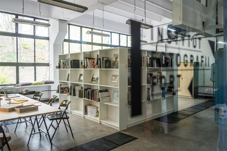W Warszawie powstała pierwsza w Polsce czytelnia fotograficzna. Za darmo można tu skorzystać z ponad 700 albumów i książek o fotografii. — K MAG MAGAZYN