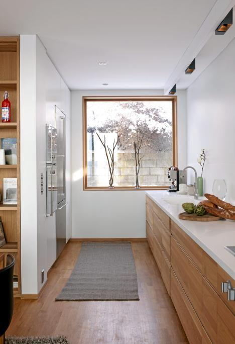 Kjøkken  i eik, parkett i eik og hvit benkeplate.