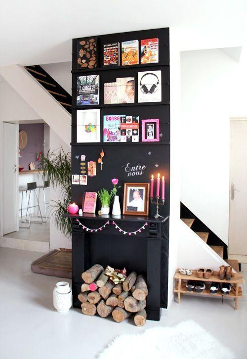 Etagères faites maison pour hbiller un mur de ses livres, cartes, affiches préférées / pour un autre rendu utiliser des planches en bois clair + garde-fou en acier noir laqué comme ici :http://www.decocrush.fr/index.php/2014/10/28/crush-comment-decorer-avec-des-cartes-postales/