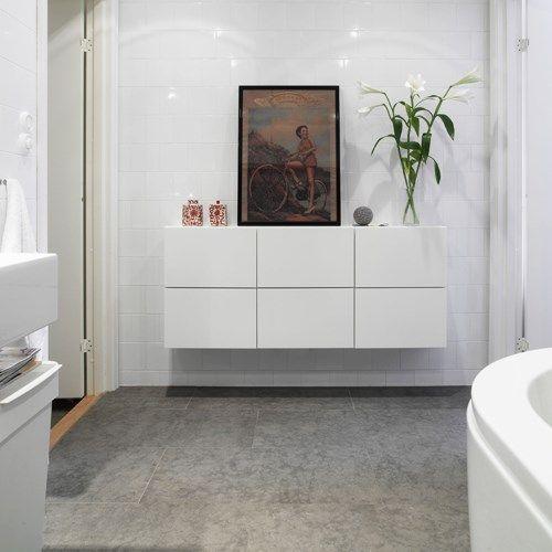 MER INFO Stilrent badrum med vitt standardkakel 15x15 cm men satt i halvförband på väggen. På golvet serie Stonegrey 6.0 med fin stenkänsla