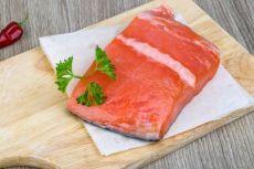 Интересный способ засолить красную рыбу Интересный способ засолить красную рыбу (с коньяком)  Понадобится:  - филе красной рыбы (лучше всего нерка, чавыча или кижуч), - много рубленой зелени (чуть-чуть кинзы, укроп и петрушка), - 120-150 м…