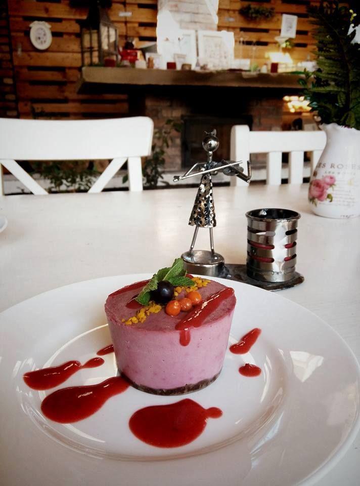 Un răsfăț delicios în post: deserturile raw vegane de la Bistro Ma Cocotte! În fiecare zi ai combinații diferite! Bistro Ma Cocotte. Brasov. #macocotte #rawinspiration #berries #applesyrup #raw #sweet #yummy #dessert