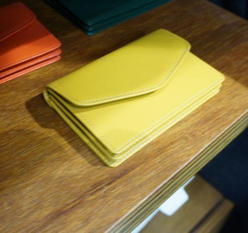 깔끔한 옐로우 컬러가 심플함을 한층 살리는 가죽 소재의 아이템 @롯데백화점 customellow