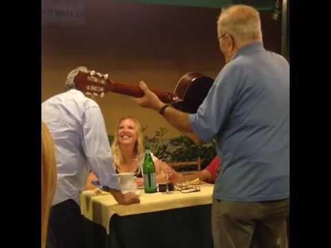 Puny sings «Reginella» in Portofino